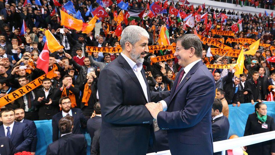 """Hamas-Chef Mashal (l.) mit dem türkischen Premierminister Davutoglu: """"Auf dem Weg zum Sieg"""""""