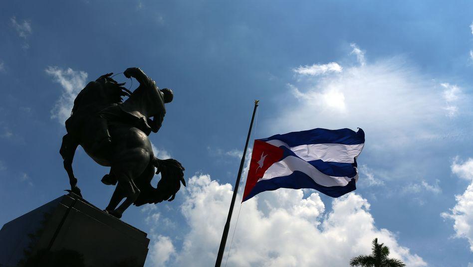 Kubanische Flagge auf Halbmast