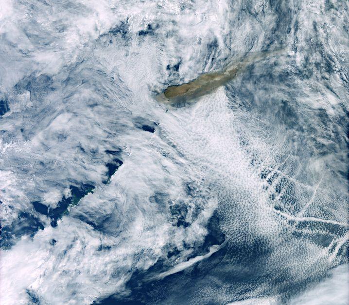 Satellitenaufnahme: Die bräunliche Rauchwolke ist zwischen den Wolken deutlich zu erkennen.