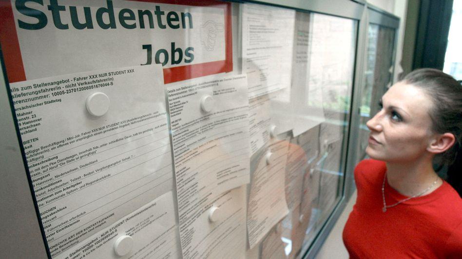 Job ohne Lohn? Von 18.000 neuen Hilfskräften bekamen bisher gut 5000 kein Geld
