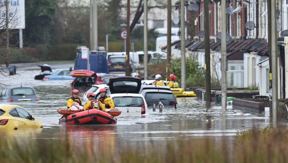 In Wales mussten Menschen mit Booten in Sicherheit gebracht werden