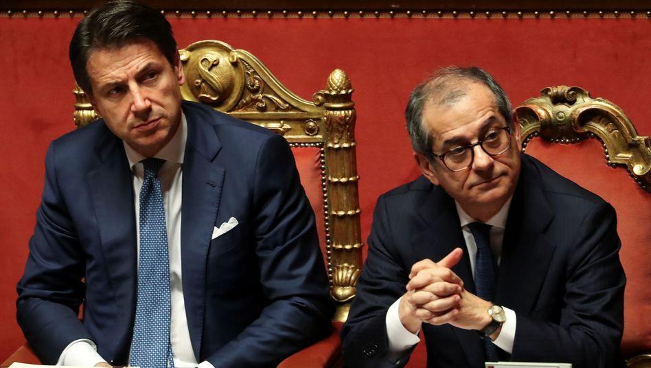 Haben Zoff mit den Chef-Populisten: Premierminister Conte (l.) und Finanzminister Tria