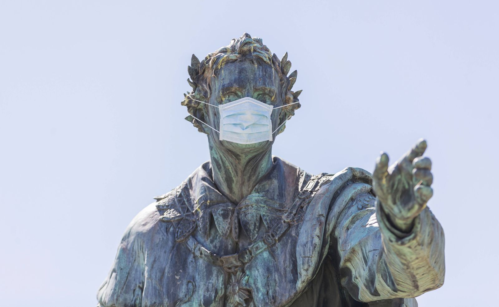 07.05.2020, Maskenpflicht in Deutschland Selbst König Ludwig der I trägt eine Mund-Nasen-Behelfs-Maske. Hier das Denkma