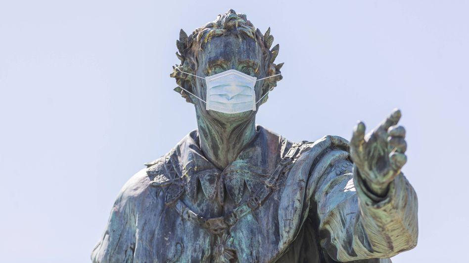Auch Ludwig I. trägt Maske: Denkmal des Bayern-Königs in Bad Brückenau