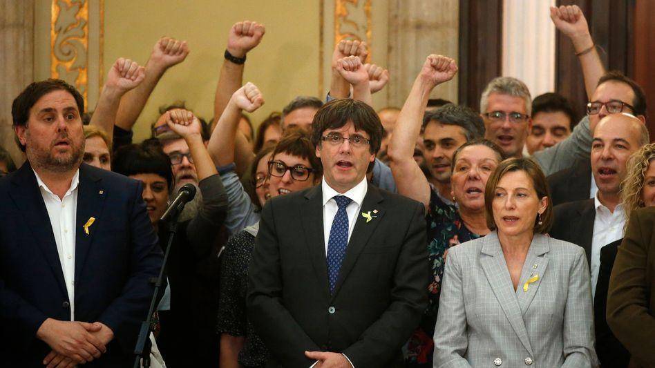 Carles Puigdemont (Mitte) im katalanischen Parlament