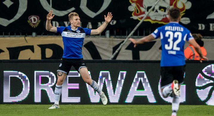 Bielefelds Andreas Voglsammer (l) jubelt nach seinem Treffer zum 1:0