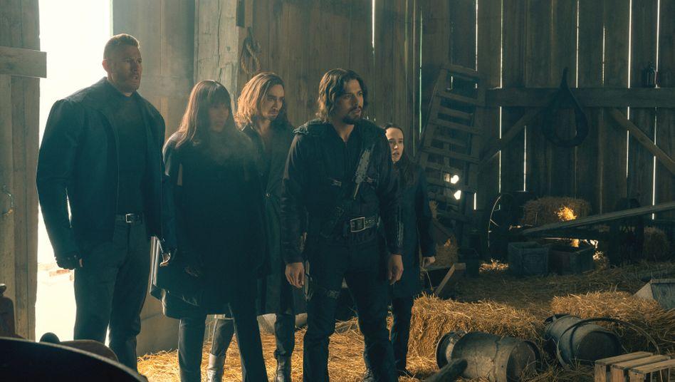 """Familienaufstellung der Superkräfte: Tom Hopper (l.), Ellen Page (r.), Mitspieler in """"The Umbrella Academy"""""""
