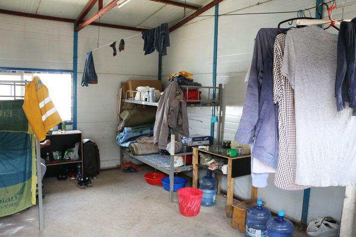 In solchen Zimmern schlafen vier bis acht Arbeiter in Stockbetten