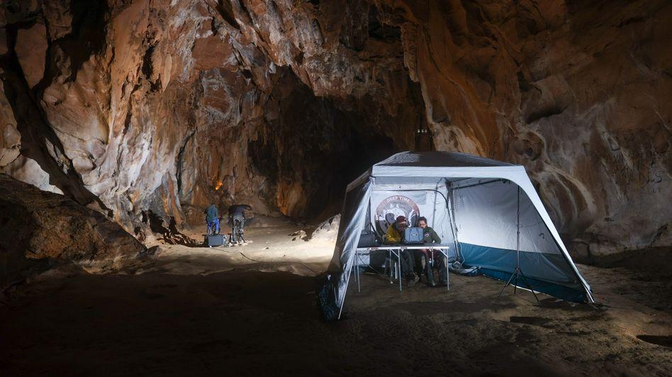 Romand-Monnier (r.) in der Höhle von Lombrives