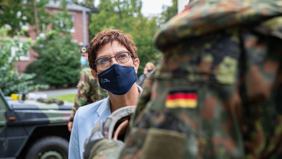 Verteidigungsministerin Annegret Kramp-Karrenbauer (CDU) im Gespräch mit einem Soldaten