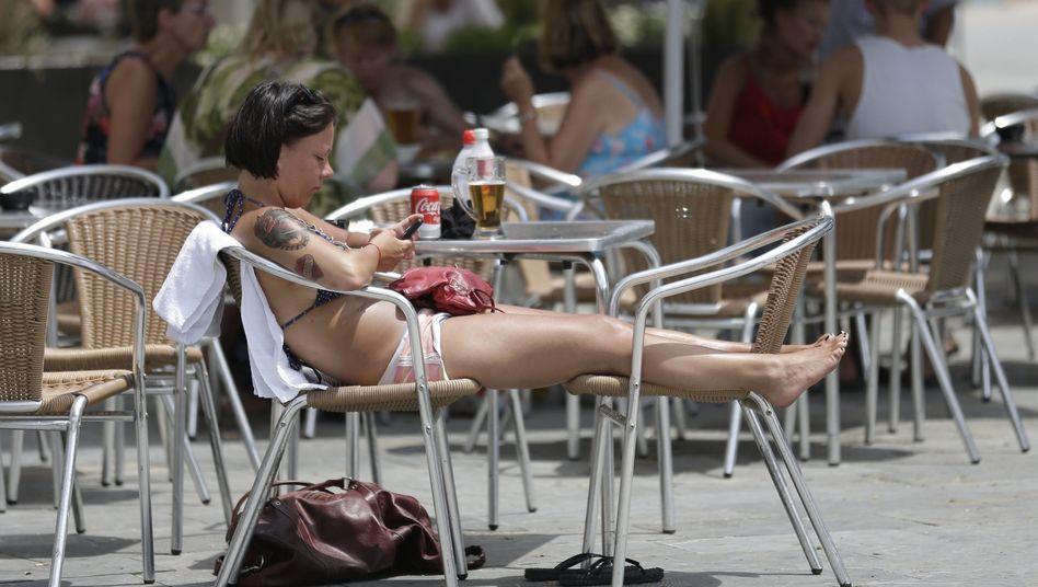 Touristin mit Smartphone in Barcelona: 2017 sollen die Roaming-Gebühren fallen