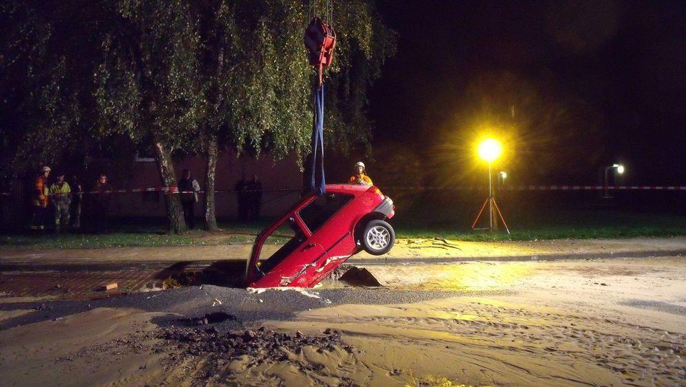 Braunschweig: Kleinwagen versinkt in Straße