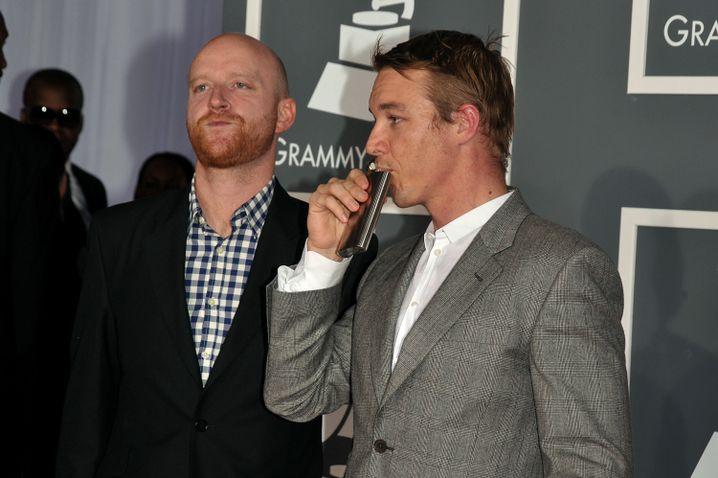 Diplo (rechts) und Switch trinken sich vor der Grammy-Verleihung Mut an