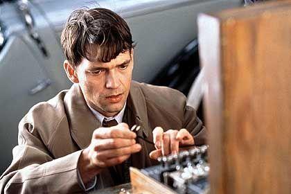 ...und sein Pendant im Film: Aus dem stillen, schwulen Mathematiker wird ein Actionheld