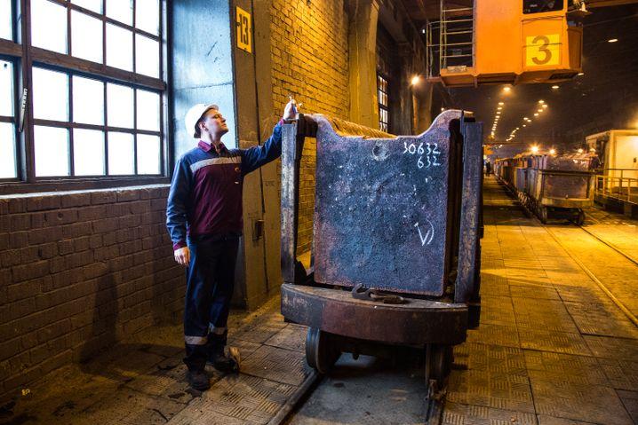 Alexej mit den fertigen Anoden in der Gießerei