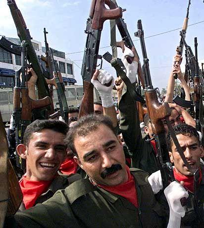 """Makabres Jubiläum: Anhänger der Baath-Partei von Saddam Hussein zeigen auf einer Demonstration zum zehnten Jahrestag des Beginns des Golfkrieges in Bagdad ihre Waffen. Der irakische Diktator betreibt in einer Fernsehsprache an seine Landsleute erneut Geschichtsfälschung: """"Irak hat alle Schlachten gegen die Feinde der Nation gewonnen und so wird es auch künftig sein."""" Der neue US-Außenminister hat sich indessen für eine harte Haltung gegenüber dem arabischen Land ausgesprochen. Die Sanktionen müssten wieder mehr Stoßkraft erhalten"""
