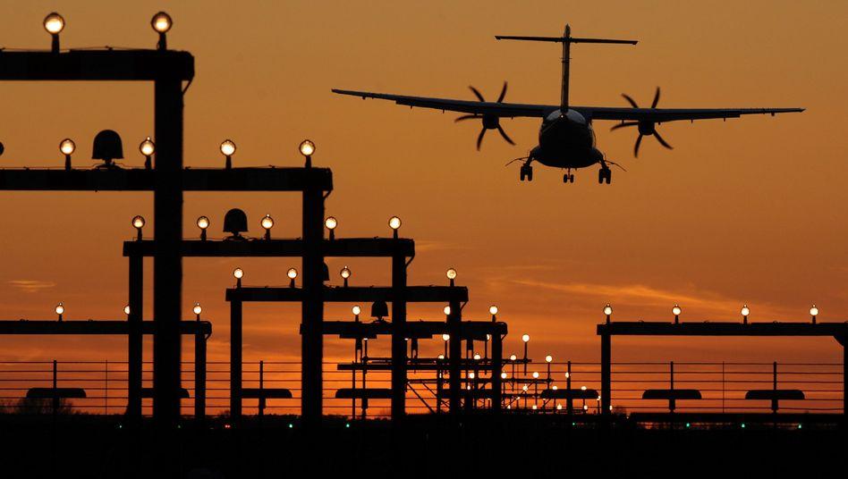 Landendes Flugzeug: Airlines wollen Treibhausgas-Ausstoß reduzieren