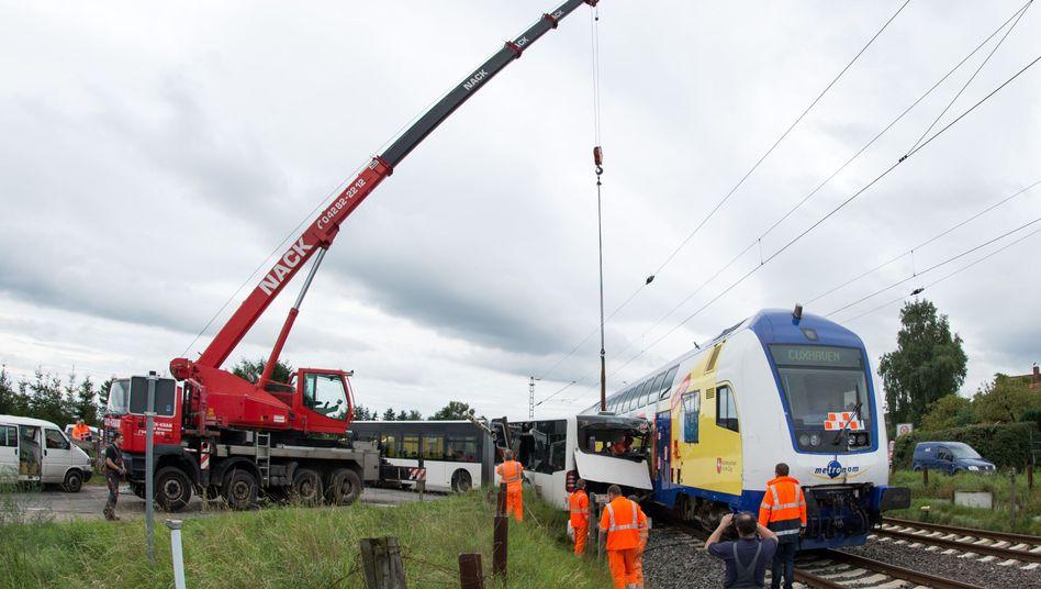 Aufräumarbeiten in Buxtehude: Kran soll Bus weghieven