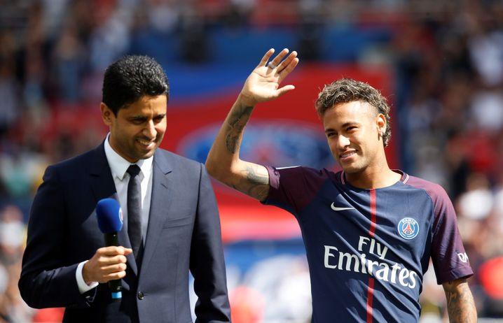 Neymar (r.) bei seiner Vorstellung in Paris