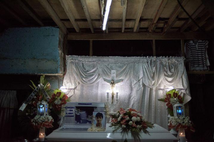 Sarg des Mordopfers Niño: Vier Schüsse in der Dunkelheit, er starb im Wohnzimmer