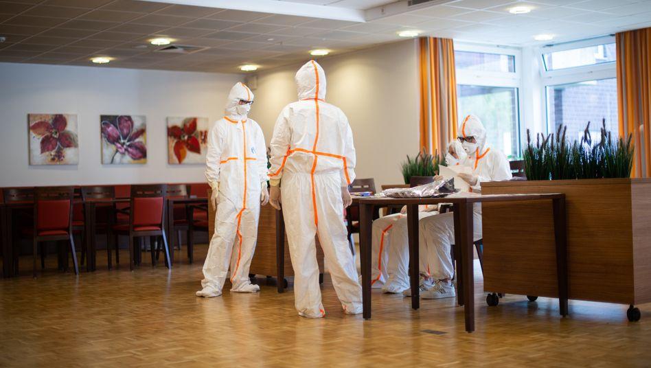 Frauen in Schutzanzügen bereiten in einem Heinsberger Altenzentrum Corona-Tests vor (Foto vom 7. April)