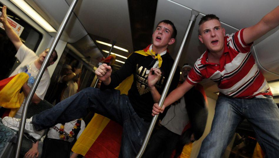 Fans in der Bahn: Gegen alkoholisierte Fahrgäste sind Zugbegleiter relativ machtlos