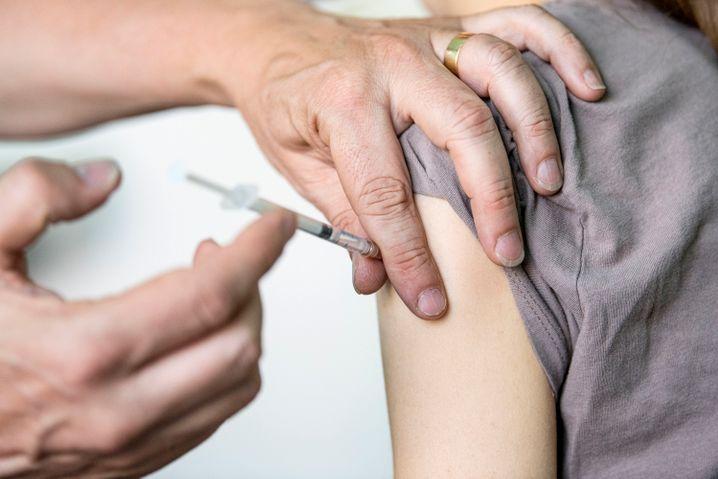 Impfung einer Jugendlichen (Symbolbild): Bei Herz- und Lungenproblemen sollen in Israel künftig auch Kinder Impfungen bekommen können