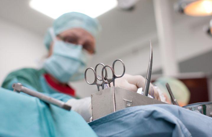 Arzthelferin im OP-Saal