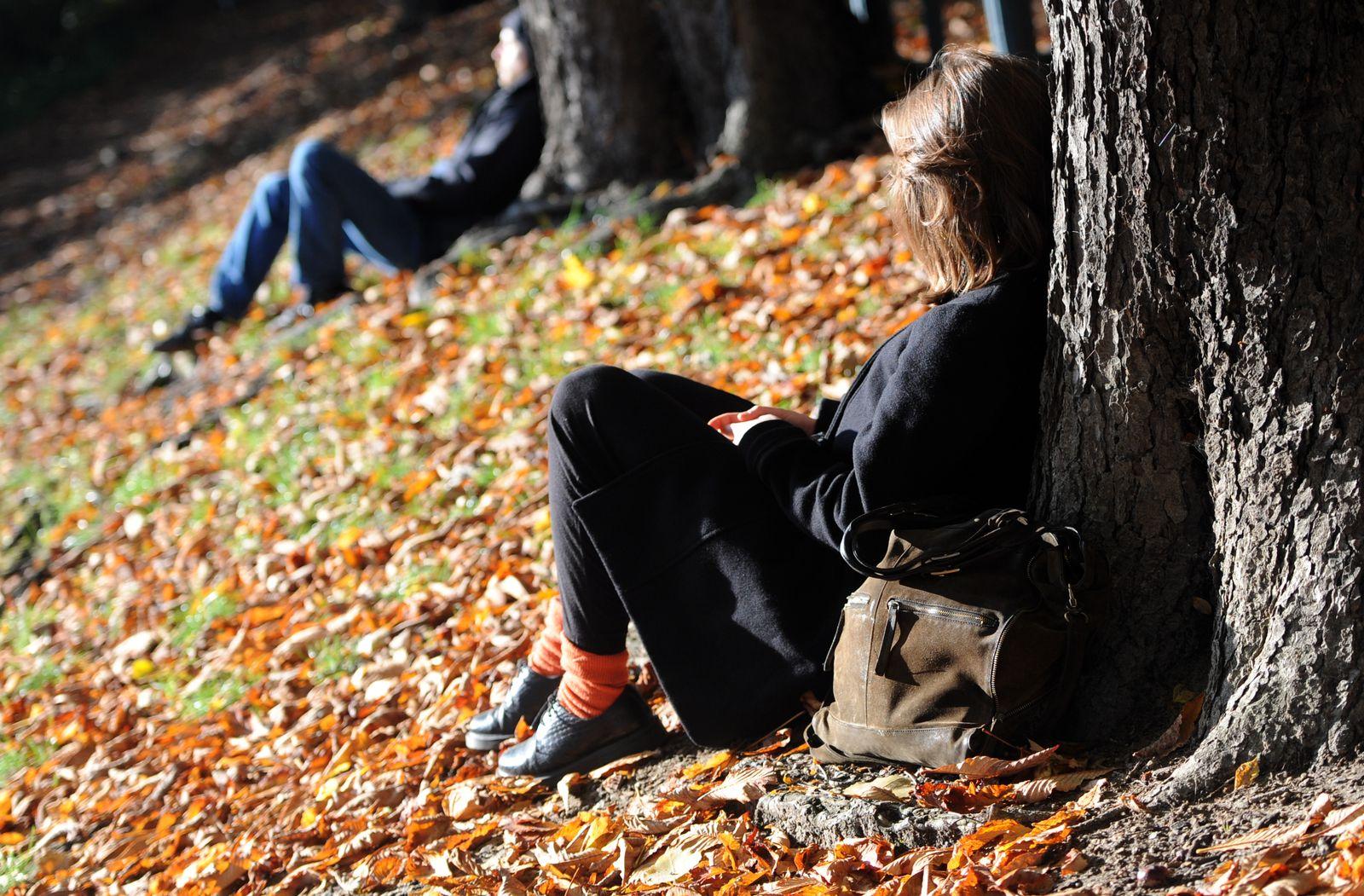Junge Menschen / Park / Herbstsonne in Berlin