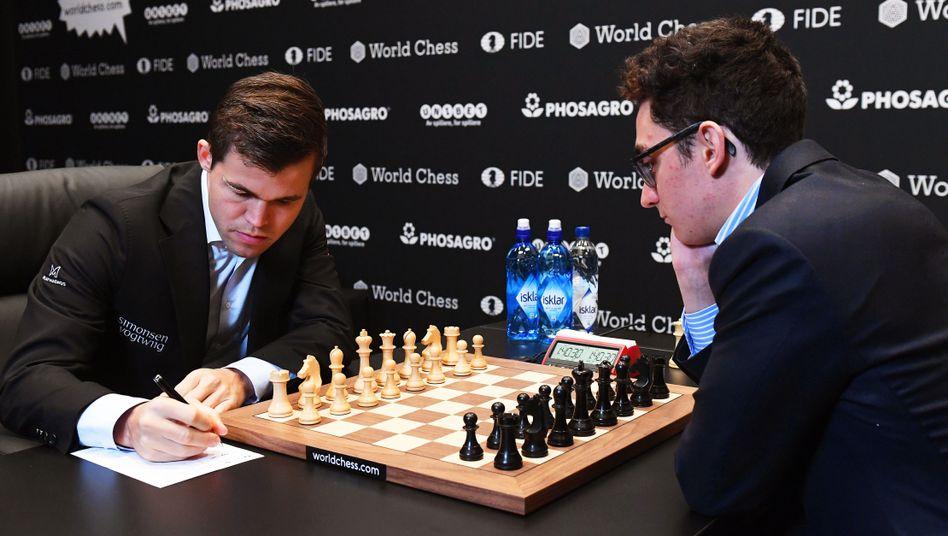 Magnus Carlsen und Fabiano Caruana (r.)