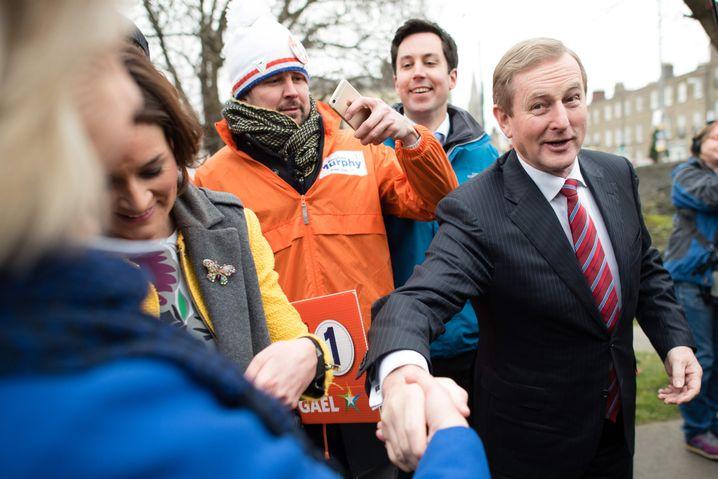 """Enda Kenny (re.) im Wahlkampf in Dublin: """"Er war einer von uns"""""""