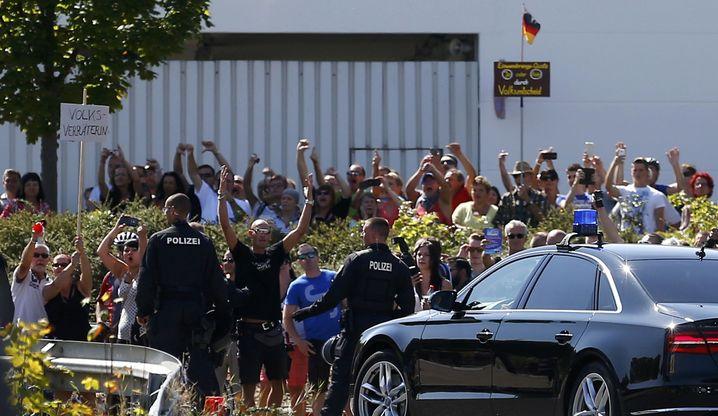 Proteste gegen den Merkel-Besuch einer Flüchtlingsunterkunft im sächsischen Heidenau (im August 2015)