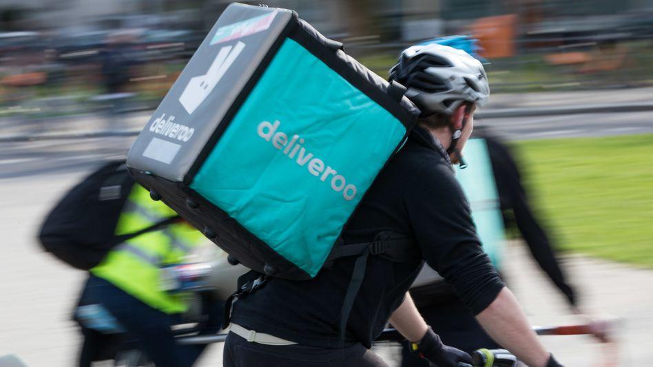 Fahrer mit einer Deliveroo-Auslieferungsbox