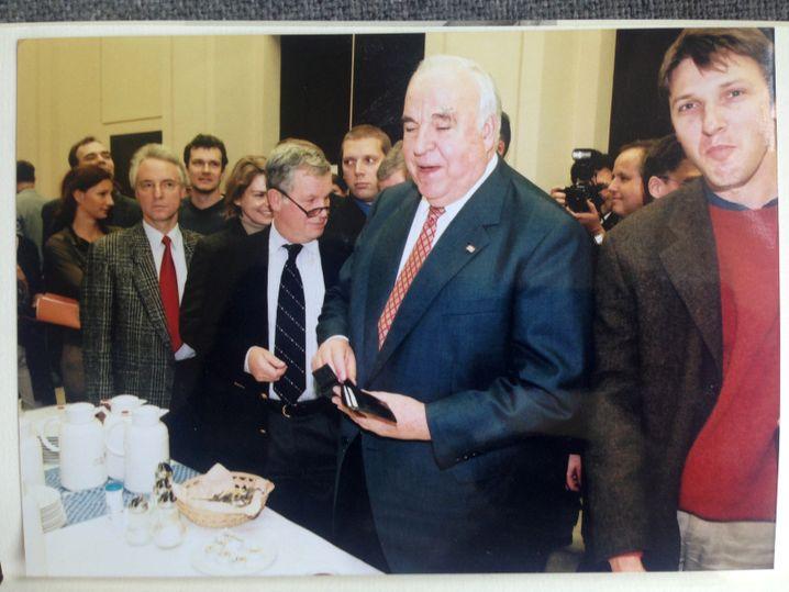 Ex-Kanzler Helmut Kohl mit Autor Severin Weiland (rechts) im Januar 2001 vor dem Großen Sitzungssaal des Bundesfinanzministeriums während einer Pause des U-Ausschusses.