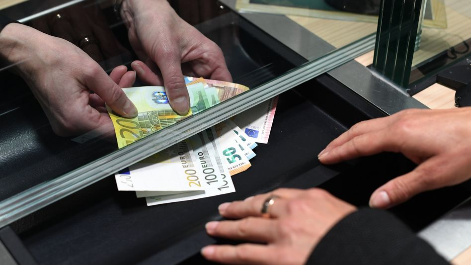 Auszahlung am Bankschalter: Zinsgutschrift ist Renditefaktor
