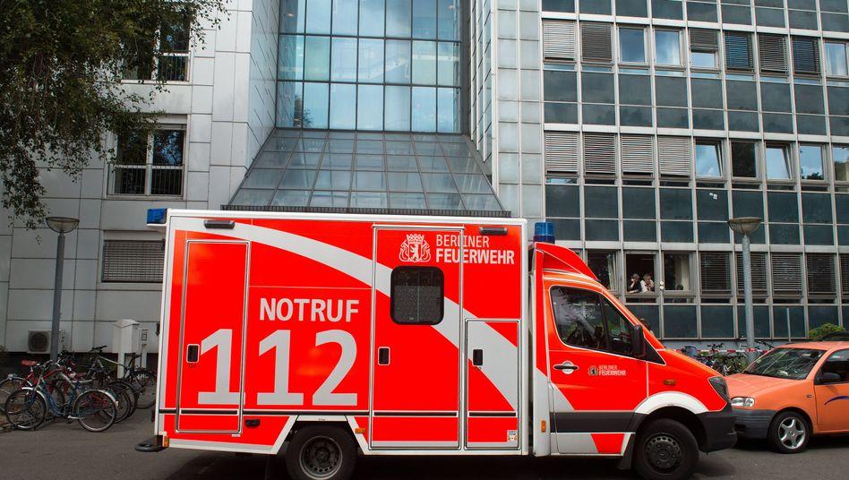 Notarztwagen vor Berliner Jobcenter: Eine 30-Jährige war mit Fieber kollabiert