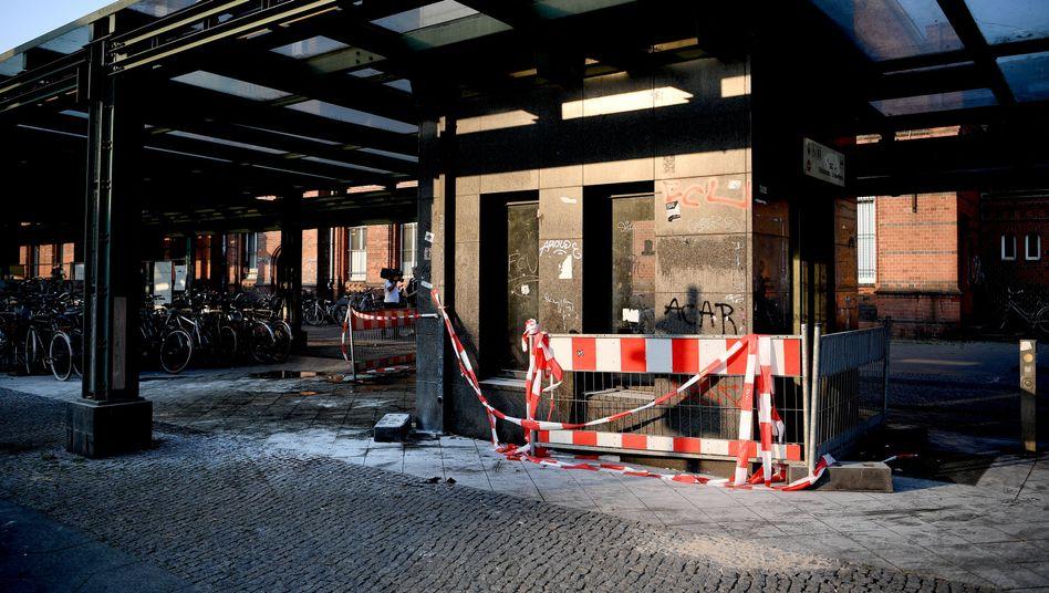 Brandspuren nach dem Angriff auf zwei Obdachlose am S-Bahnhof Schöneweide (Archivbild)