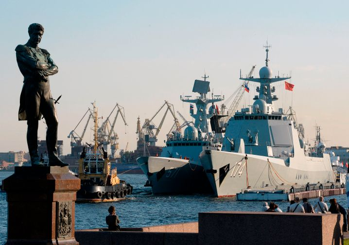 Chinesische Kriegsschiffe bei einer Militärparade in Sankt Petersburg (2017)