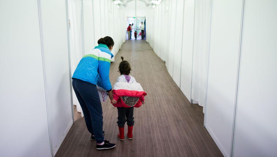 Frau mit Tochter in einer Flüchtlingsunterkunft in Düsseldorf