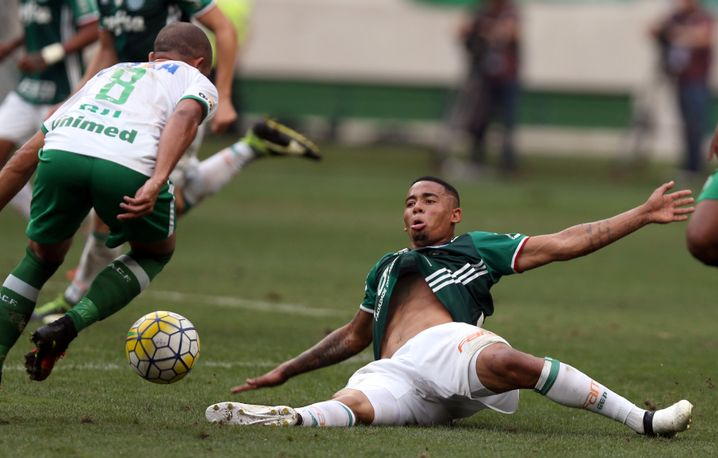 Palmeiras Gabriel Jesus (r.) gegen Chapecoenses Gil