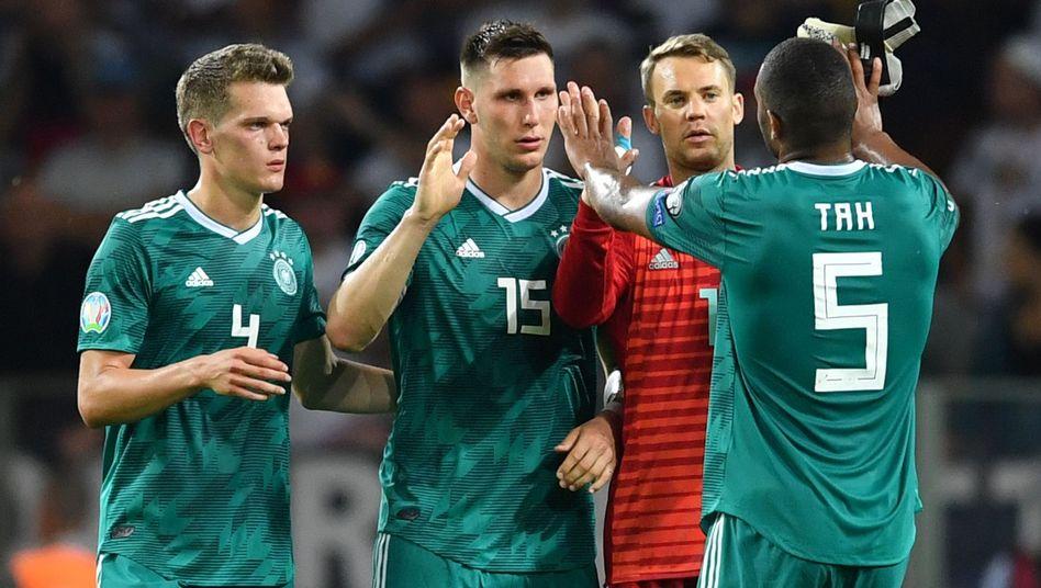 Matthias Ginter, Niklas Süle, Manuel Neuer und Jonathan Tah (von links) feiern den Sieg in Weißrussland