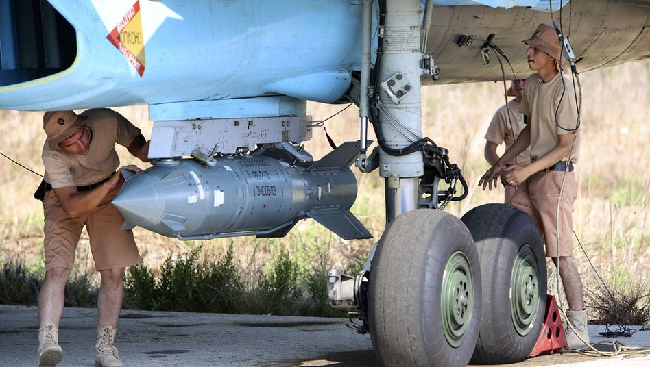 Russische Soldaten bei der Wartung eines Kampfjets in Syrien