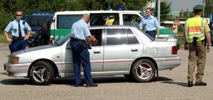 Verschärfte Kontrollen, wie hier während der Fußball-WM an der deutsch-niederländischen Grenze: Die Polizei will vor dem G-8-Gipfel potentielle Gewalttäter an der Einreise hindern