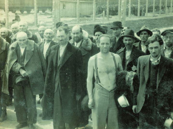 (Fotos von Hofmann vom 19. 5.1944, Fotos 75, 74, 73 des Albums) Der Mann ganz rechts auf dem ersten Foto ist unschwer ganz links auf dem nächsten zu erkennen.