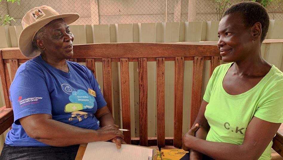 Die zehnfache Großmutter Shery Ziwakayi (links) im Gespräch mit der Witwe Shupikai Mharapara