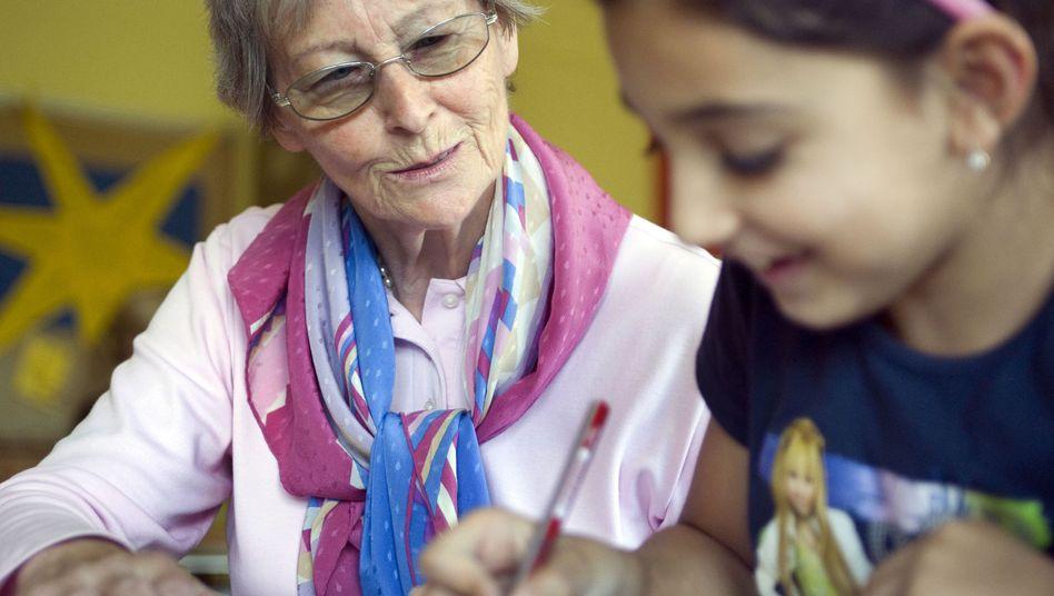 Seniorin als Nachhilfelehrerin: Zahl der arbeitenden Rentner steigt
