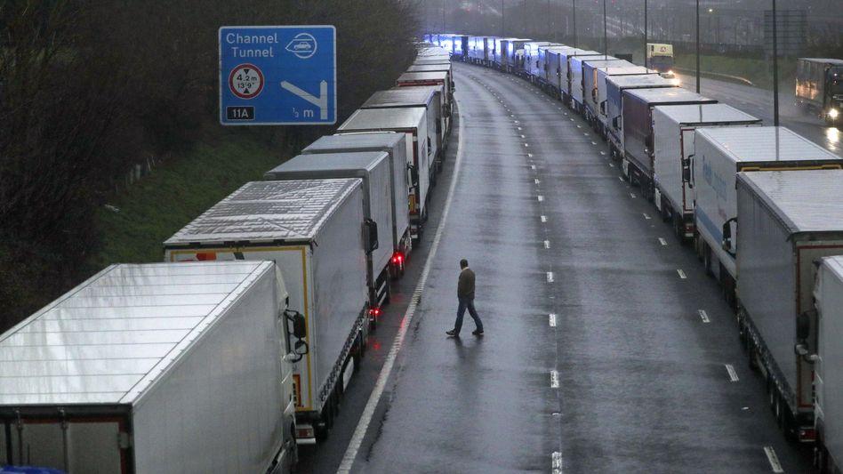 Nachdem Frankreich den Eurotunnel abriegelte, bildeten sich in Großbritannien lange Lkw-Staus, hier in der Nähe von Folkestone