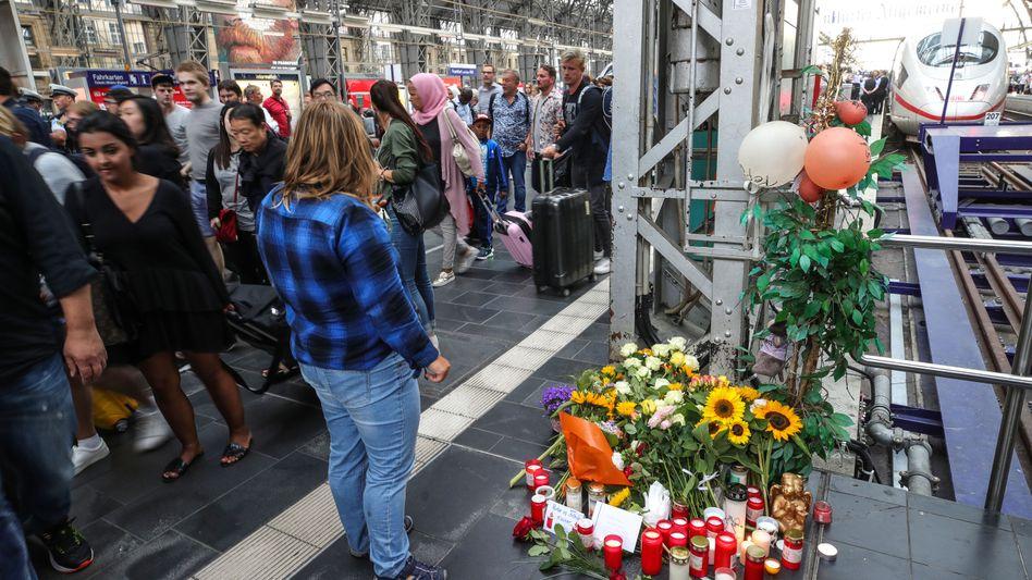 Blumen am Gleis 7: Passanten erinnern an den Achtjährigen