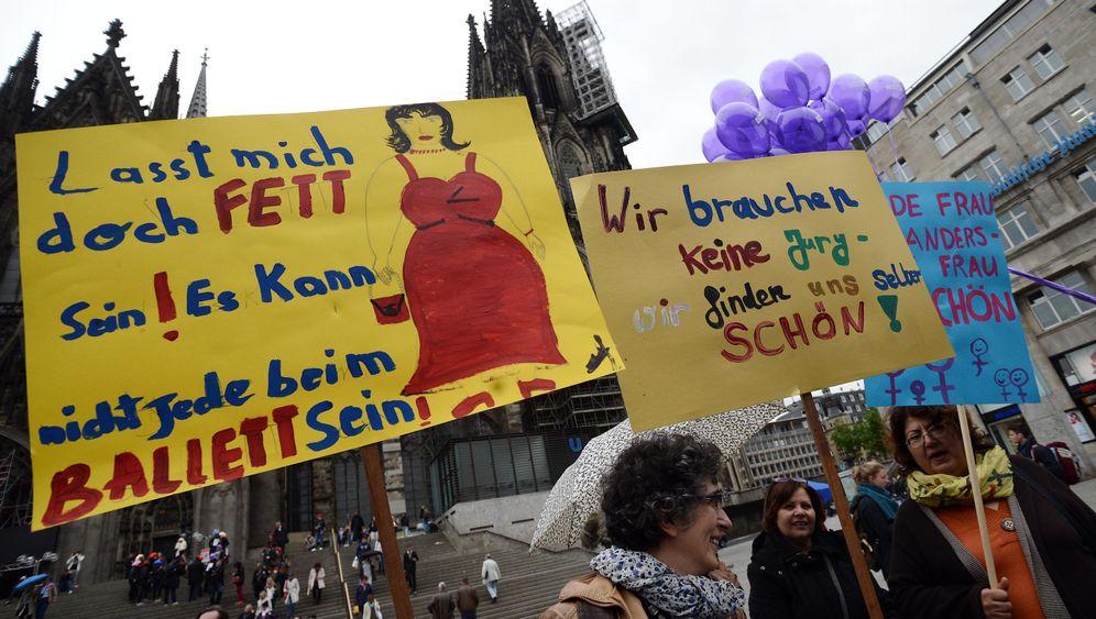 Proteste in Köln: Wider das Barbie-Ideal