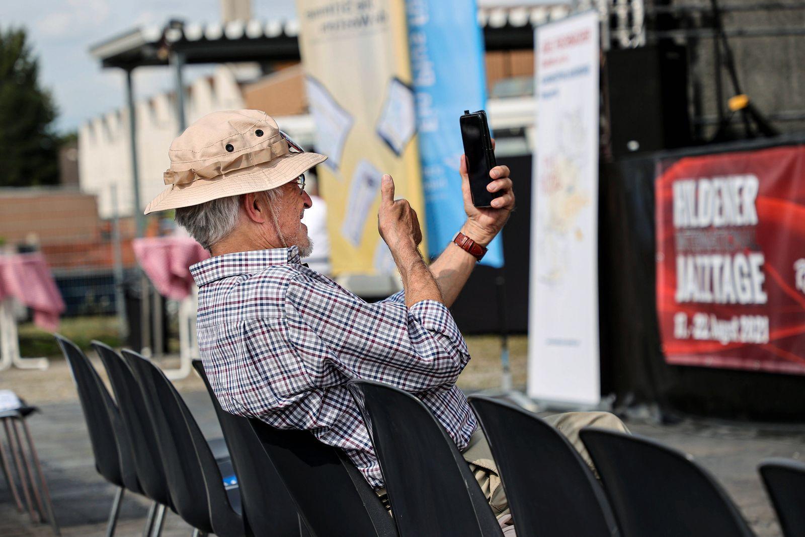 21.08.2021. Hilden. Auch Senioren können Smartphone. Hilden_Rheinland Nordrhein-Westfalen Deutschland *** 21 08 2021 Hil